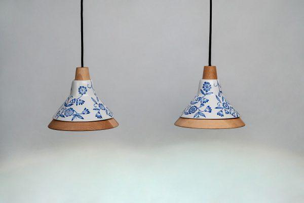 Lámparas de techo colgantes de diseño con materiales de madera y de cerámica con detalles azules florales