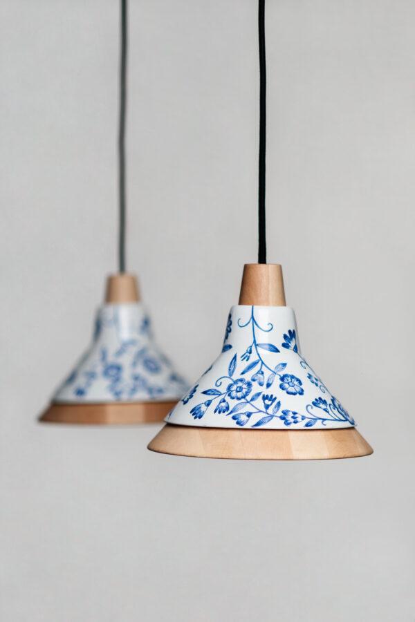 Lámparas colgantes de techo de diseño creadas a mano de madera y de cerámica con dibujos florales azules dibujados a mano