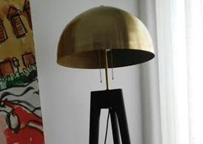 Lámpara de pie cromada y pantalla media esfera dorada