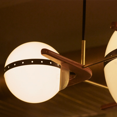 Iluminación de globos de techo colgante sujetados por una estructura de metal y madera