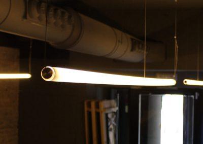 Iluminación colgante de tubos horizontales de luz