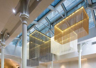 Iluminación de techo de diseño con tiras caídas y de diferentes tonos