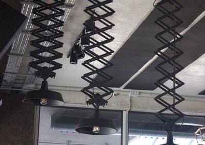 Diseño de lámparas colgantes negras de metal para una discoteca
