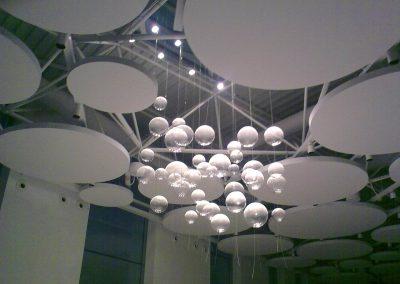Diseño personalizado de iluminación de esferas transparentes colgantes de diferentes tamaños que reflejan la luz