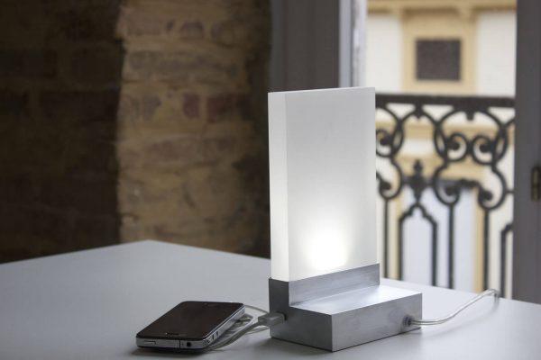 Iluminación de mesa geométrica y minimalista con estructura de metal con cargador de móvil adaptado