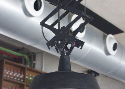 Detalle de lámpara colgante de metal negra de estilo industrial