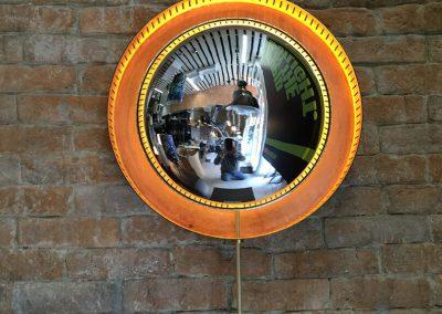 Iluminación de pared de espejo de ojo de pez con contorno naranja iluminado