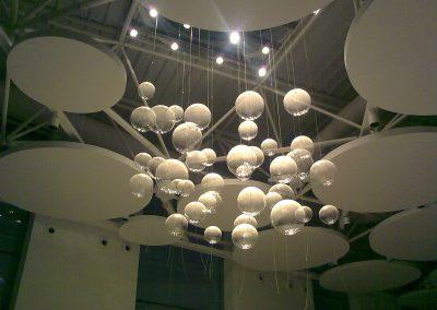 Iluminación colgante de diseño exclusivo de esferas transparentes que reflejan la luz