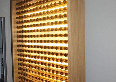 iluminación diseño personalizado de estructura cuadrada de madera a gran escala con adornos de botellas de cerveza