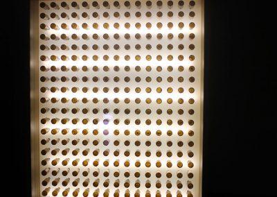 Iluminación diseño personalizado de estructura cuadrada de madera a gran escala con adornos de botellas de cerveza de cristal