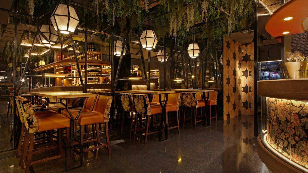 Lámparas colgantes de diseño para un restaurante con forma de cubo hexagonal de cristal y metal