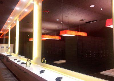 Iluminación colgante de techo de estructura rectangular para el vestuario de un gimnasio