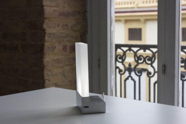 Iluminación de mesa con adaptador de usb para cargar el móvil de diseño moderno y geométrico