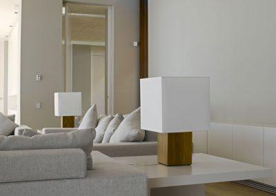 Iluminación de mesa de diseño moderno y geométrico con pantalla blanca cuadrada y estructura cuadrada de madera