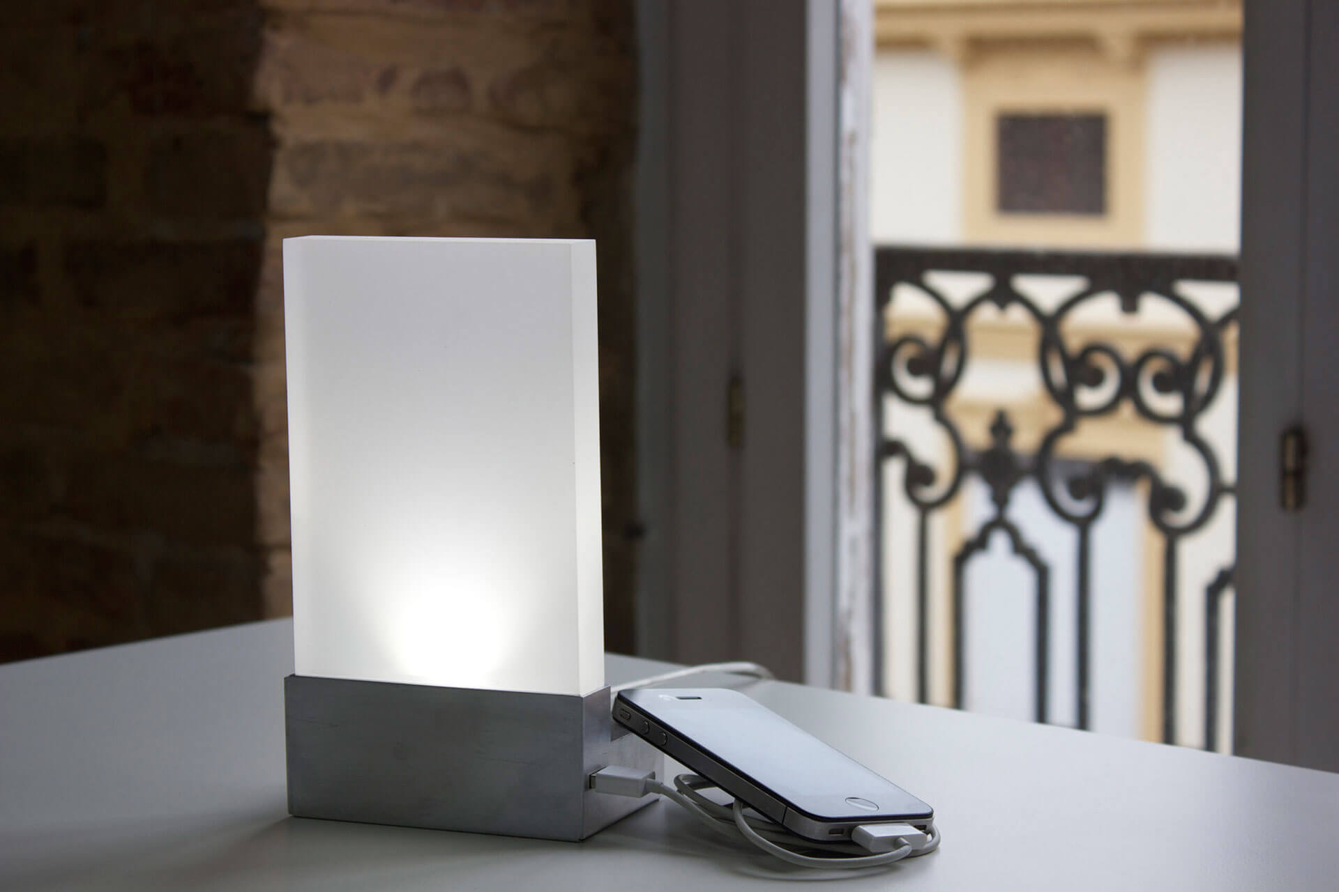 Iluminación de mesa de diseño rectangular y estructura de metal con adaptador de usb para cargar el teléfono móvil