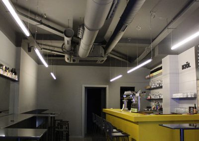Diseño de la iluminación del restaurante con tubos largos horizontales colgantes