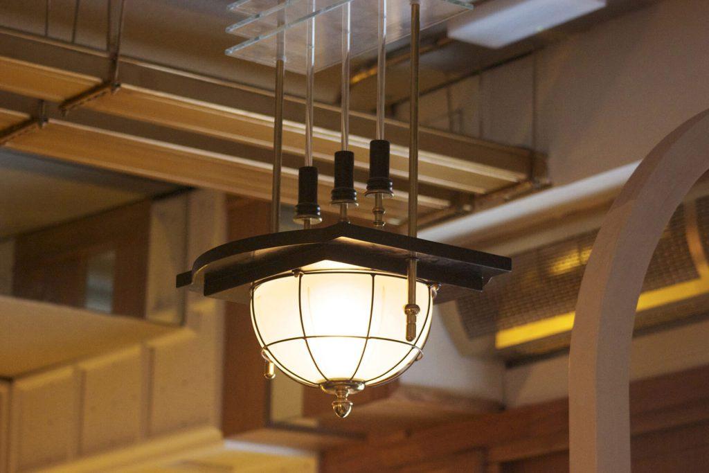 Lámpara colgante de techo catedral con media esfera de cristal y estructura de metal