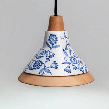 Lámpara de diseño de cerámica y madera con adornos florales azules