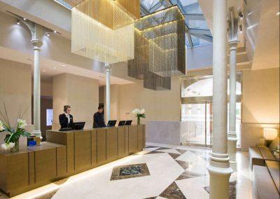 Lámpara de techo colgante de diseño exclusivo para la recepción de un hotel
