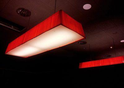 Lámpara de techo de pantalla blanca y roja de forma rectangular