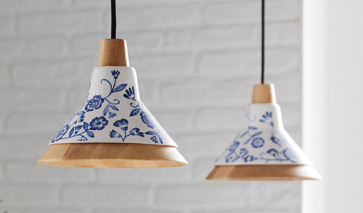 Lámparas colgantes de diseño de madera y de cerámica con detalles azules hechos a mano