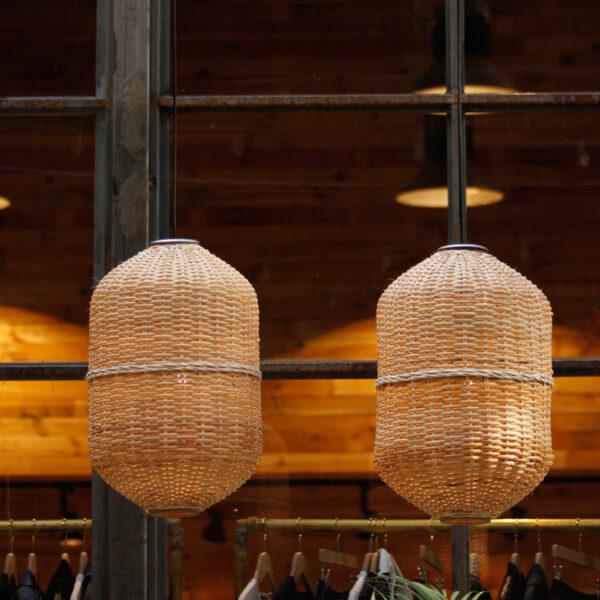 Lámpara sostenible de materiales de mimbre realizada a mano