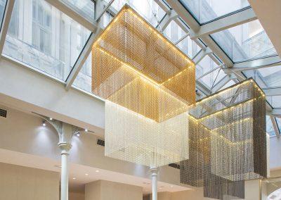 Lámparas de techo colgante de diseño único para la recepción de un hotel