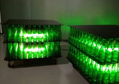 Iluminación de pie de botellines verdes de cerveza de dos plantas con una estructura cuadrada