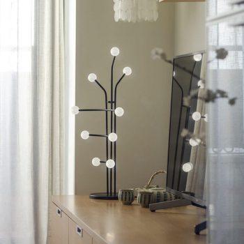 Lámpara de mesa o de pie con estructura negra de metal con 9 brazos con bombillas