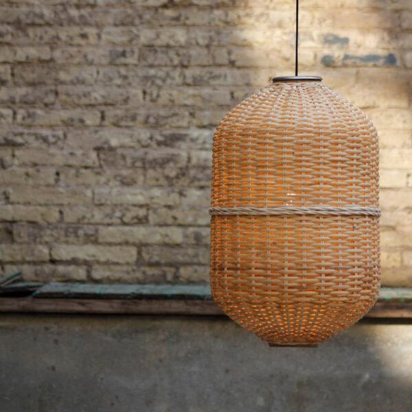 Lámpara de techo en forma de oval con estructura de metal y pantalla de mimbre. La bombilla no es incluida en el producto.