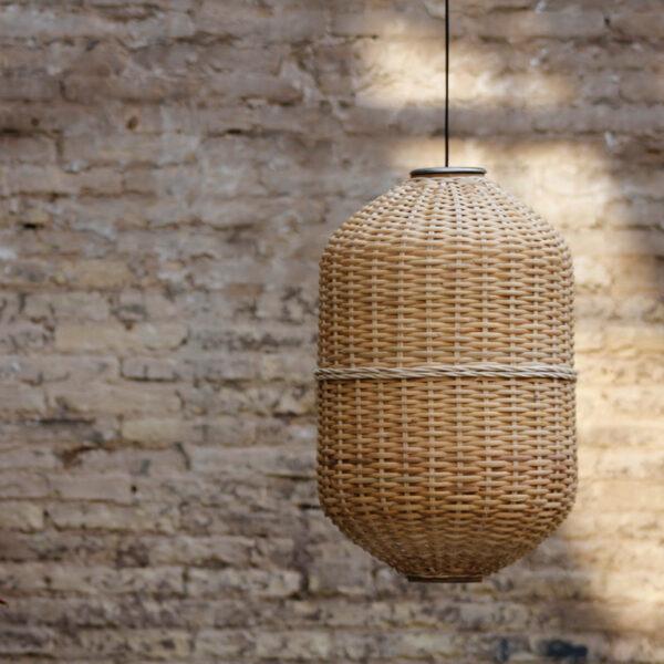 Lámpara de techo con forma oval y estructura de metal con pantalla de mimbre fabricada por artesanos.